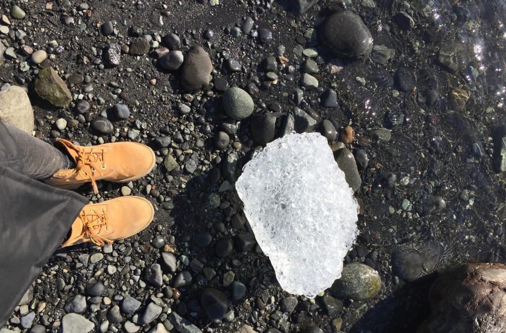 Ein Stück Gletscher in der Hand