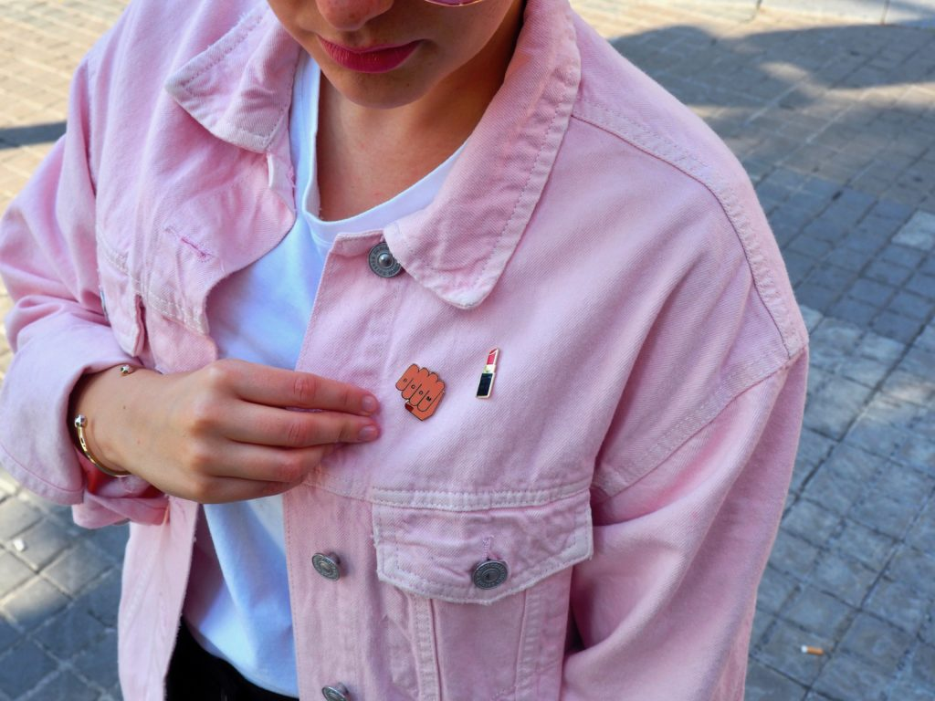 Summer Look: Denim, Konsum und Pins